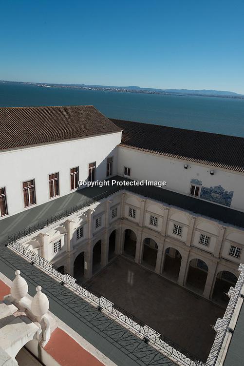 Portugal. Lisbon. Alfama . San Vicente da Fora church and monastery / terrasse sur le toit de San Vicente da Fora.  le quartier de l'Alfama . Lisbonne