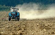Nederland, Groesbeek, 26-9-2003..Een boer egaliseert zijn land, akker waarvan de grond zo droog is dat er een grote stofwolk ontstaat. Droogte, klimaatsverandering, akkerbouw, milieu..Foto: Flip Franssen/Hollandse Hoogte