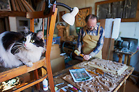 Russie, Siberie, Fédération de Irkoutsk, Irkoutsk, Victor N. Ogienko artiste printre et artisan sur bois avec son chat // Russia, Siberia, Irkutsk, Victor N. Ogienko painter and wooden artist with his cat