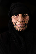 Flygtningelejr i Jeb Jenin. <br /> <br /> <br /> Refugee settelment in Jeb Jenin. Old &quot;daq&quot; tatooed woman.