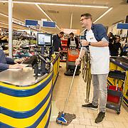 NLD/Hiuizen/20190108 - '1 Minuut gratis winkelen met Radio 538', Sander Lantinga aan het dweilen