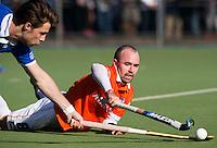 UTRECHT - Matthew Swann van Bloemendaal doet er alles aan de bal te bemachtigen  tijdens de competitiewedstrijd hockey tussen de mannen van Kampong en Bloemendaal (2-1). links Joost van der Vijfeijken.  COPYRIGHT KOEN SUYK