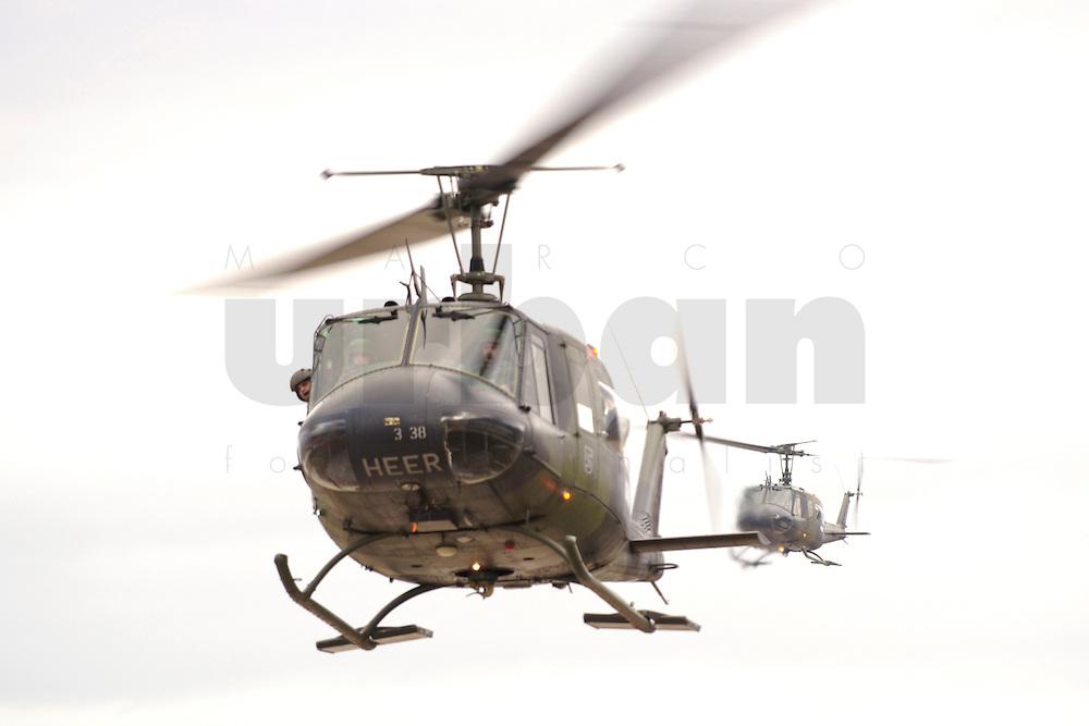 05 DEC 2005, SERBIA/KOSOVO/PRIZREN:<br /> Bell UH 1D, Leichter Transporthubschrauber der Bundeswehr, im Anflug auf das Feldlager Prizren des deutschen Kontingents der KFOR<br /> IMAGE: 20051205-01-005<br /> KEYWORDS: Hubschrauber, Heer
