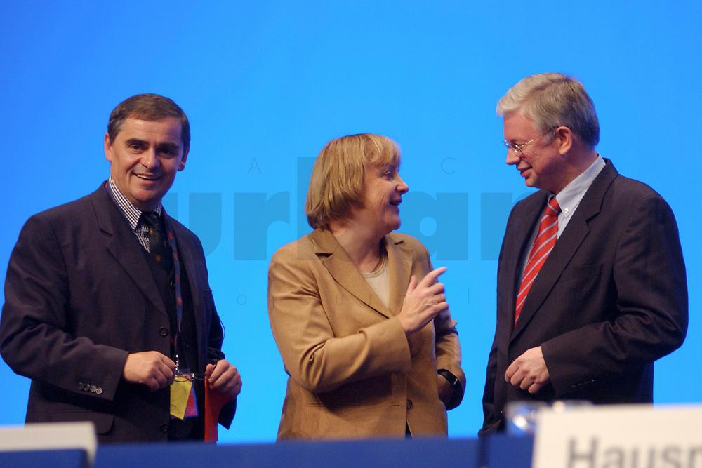 11 NOV 2002, HANNOVER/GERMANY:<br /> Peter Mueller (L), CDU, Ministerpraesident Saarland, Angela Merkel (M), CDU Bundesvorsitzende, und Roland Koch (R), CDU, Ministerpraesident Hessen, im Gespraech, CDU Bundesparteitag, Hannover Messe<br /> IMAGE: 20021111-01-131<br /> KEYWORDS: Parteitag, party congress, Peter M&uuml;ller, Ministerpr&auml;sident, gespr&auml;ch