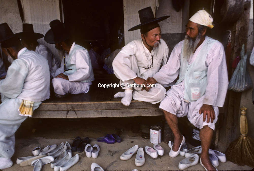 Chonhakdong traditional confucianist village  Visiting each other on the occasion of the wedding.. 36 visitors have a light meal    Korea   village traditionnel confucianiste de Chonhakdong  On se rend visite à l'occasion de l'heureux evenement.         Coree  //////R28/32    L2649  /  R00028  /  P0003026