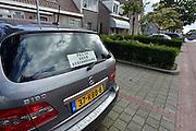 Nederland, Megen, 19-8-2014De eigenaar van deze auto waarschuwt andere mensen de auto niet te beschadigen. het voertuig staat geparkeerd bij de woning en de parkeerruimte voor andere is niet zo groot.FOTO: FLIP FRANSSEN/ HOLLANDSE HOOGTE
