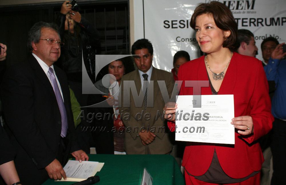 Toluca, Mex.- Martha Hilda Gonz&aacute;lez Calder&oacute;n, acompa&ntilde;ada de los integrantes de su planilla reciben de la junta municipal del IEEM, su constancia de mayor&iacute;a que avala el  triunfo obtenido en las pasadas elecciones para la alcald&iacute;a de Toluca. Agencia MVT / Jos&eacute; Hern&aacute;ndez. (DIGITAL)<br /> <br /> NO ARCHIVAR - NO ARCHIVE
