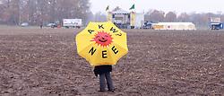 08.11.2010, Castortransport 2010, Dannenberg, GER, Sonnenschirm der Antiatombewegung auf dem Acker in Splietau, EXPA Pictures © 2010, PhotoCredit: EXPA/ nph/  Kohring+++++ ATTENTION - OUT OF GER +++++