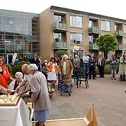Heropening verbouwde appartementen Vooranker Huizen, aansnijden taart