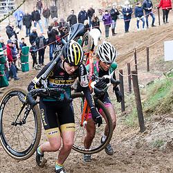 09-01-2016: Wielrennen: NK Veldrijden: Hellendoorn<br />HELLENDOORN (NED) veldrijden<br />Op de flanken van de Sallandse Heuvelrug streden de veldrijders om de Nederlandse titel.<br />Het gevecht om de titel bij de junior vrouwen werd gewonnen door Fleur Nagengast hier in duel met Ceylin del Carmen Alvarado