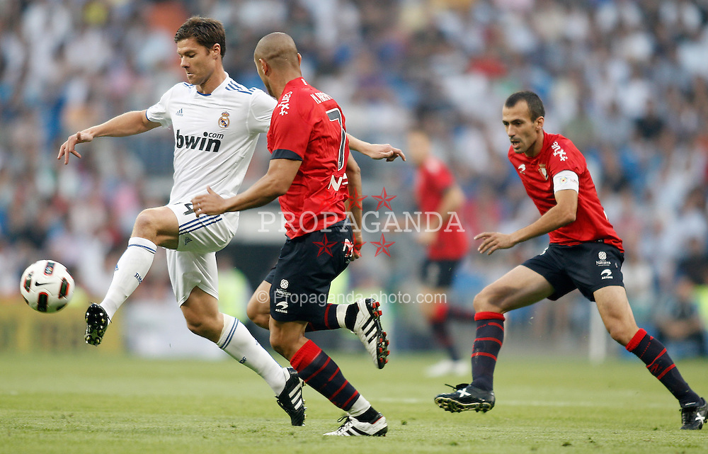 11.09.2010, Estadio Santiago Bernabeu, Madrid, ESP, Primera Division, Real Madrid vs CA Osasuna, im Bild Real Madrid's Xabi Alonso against Osasuna's Carlos Aranda and Patxi Punal during La Liga match. EXPA Pictures © 2010, PhotoCredit: EXPA/ Alterphotos/ Alvaro Hernandez +++++ ATTENTION - FOR AUSTRIA AND SLOVENIA CLIENT ONLY +++++