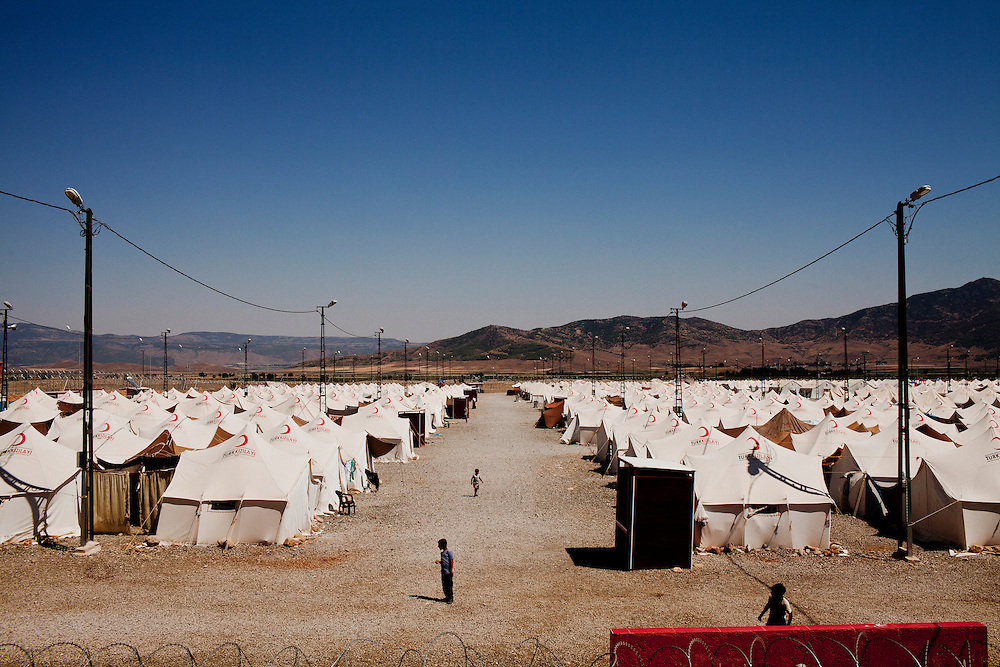 Children under a scorching sun in Islahiye refugee camp, where around 6000 refugees are living. Southern Turkey few km north of the Syrian border. July 15, 2012. Photo/Tomas Munita