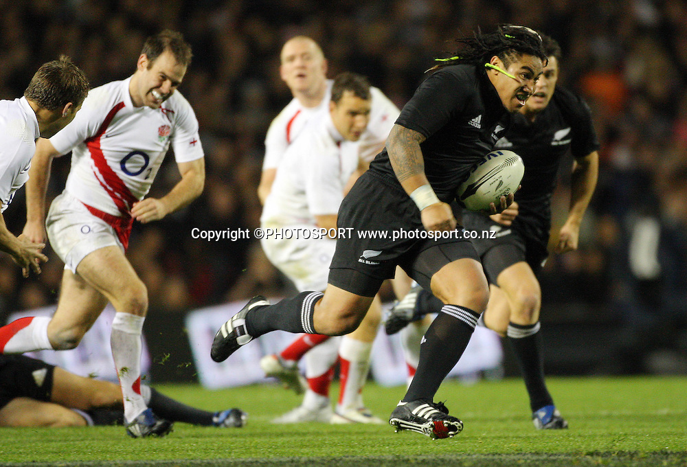 Ma'a Nonu makes a midfield break for the All Blacks.<br />