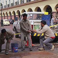 Toluca, Méx.- Trabajadores de luz y fuerza bromean mientras trabajan. Agencia MVT / Daniela Bojorquez.