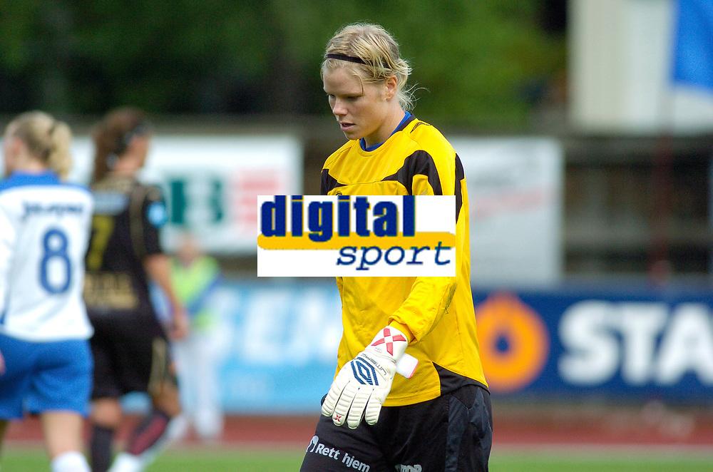 Keeper Christine Colombo Nilsen, Kolbotn forlater banen etter rødt kort. Toppserien 2007: Kolbotn - Asker 2-0. 30. juni 2007. (Foto: Peter Tubaas/Digitalsport).
