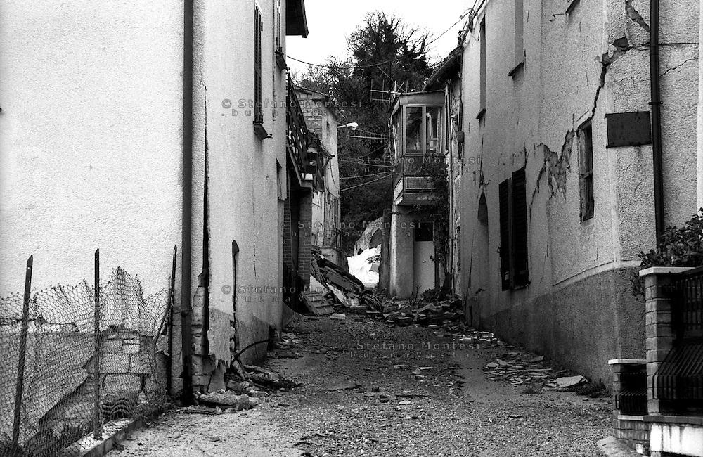 Terremoto in Umbria .Nocera Umbra  (PG)    13 Marzo 1998. Edifici crollati nella  frazione di Isola.Earthquake in Umbria.Nocera Umbra (PG) March 13, 1998.Collapsed buildings in the village of Isola
