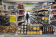 Nederland, Nijmegen, 8-9-2009Studenten en Vogelaarwijk Hatert. Turkse Internationale supermarkt Dunya waar uit vele landen producten te koop zijn.Foto: Flip Franssen/Hollandse Hoogte