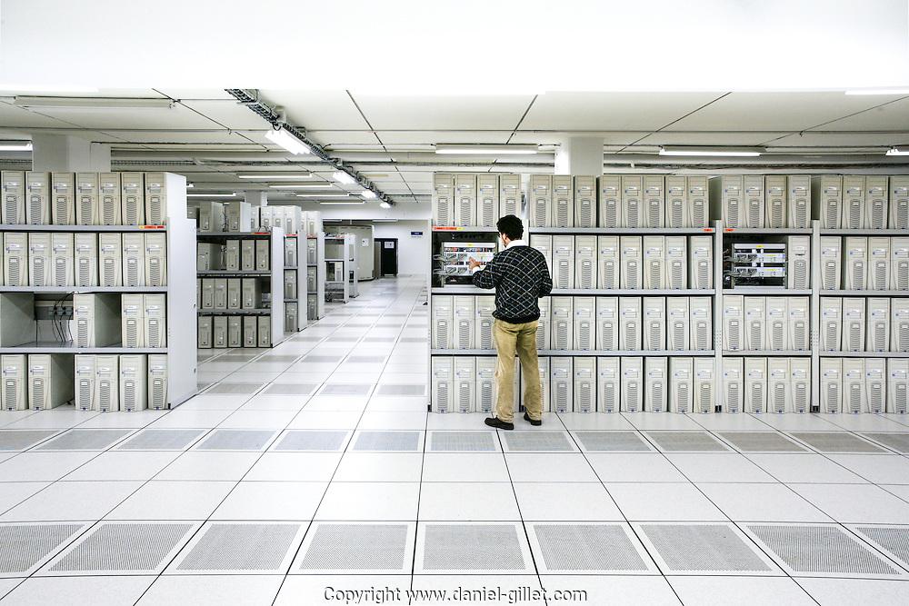 salle de serveurs et internet exchange point au CERN, batiment 33, côté suisse