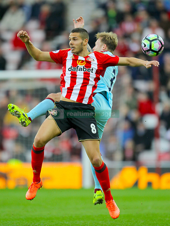 Sunderland's Jack Rodwell (left) and Burnley's Scott Arfield battle for the ball
