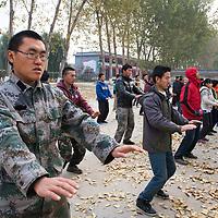 GAOBEIDIAN, 7.NOV. 2014 : Mitglieder der Farm des Rechten Weges bei morendlichen Taiqi Uebungen.