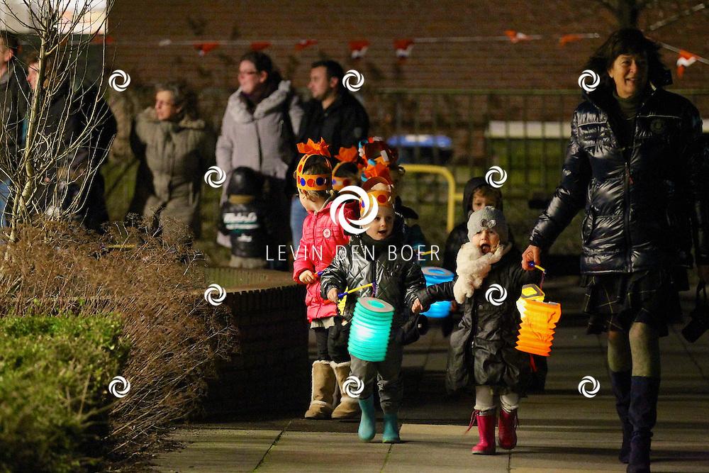 NIEUWAAL - Op basisschool De Regenboog doen ze elk jaar op de verjaardag van Beatrix een lampionnen optocht. Dit jaar dus voor de laatste keer. FOTO LEVIN DEN BOER - PERSFOTO.NU