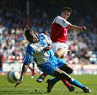 Fotball<br /> Premier League 2004/05<br /> Blackburn v Arsenal<br /> 19. mars 2005<br /> Foto: Digitalsport<br /> NORWAY ONLY<br /> Robin Van Persie of Arsenal shoots at goal as Aaron Mokoena of Blackburn Rovers tries to block