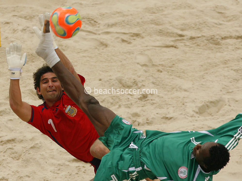 Football-FIFA Beach Soccer World Cup 2006 - Group D-Argentina - Nigeria, Beachsoccer World Cup 2006. Argentina's Marcelo Salguero and Nigeria`s Ibenegbu- Rio de Janeiro - Brazil 02/11/2006<br />