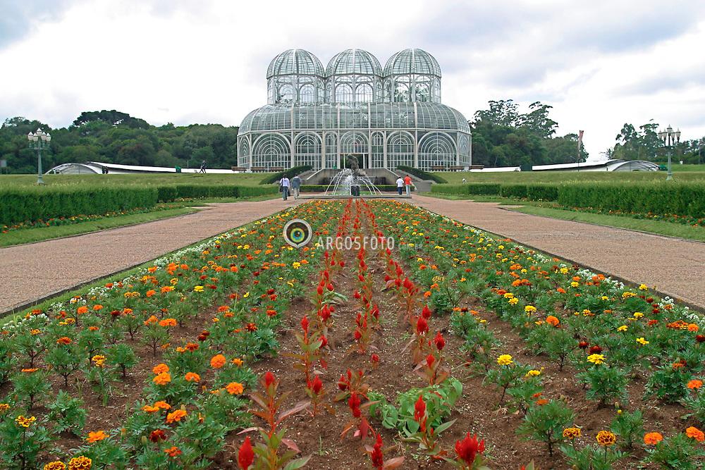 Curitiba, Parana, Brasil. 24 de Marco de 2004.Jardim Botanico.O Jardim Botanico Fanchette Rischbieter foi inaugurado em 1991, com uma area de 245 mil m². Seus jardins geometricos e a estufa de tres abobadas tornaram-se um dos principais cartoes postais de Curitiba. A estufa abriga plantas caracteristicas da floresta atlantica do Brasil. Sua arquitetura, em estrutura metalica e estilo art-noveau, foi inspirada em um palacio de cristal que existiu em Londres, no seculo 19./ Botanic Garden Fanchette Rischbieter, was inaugurated in 1991. Its a postal of Curitiba city. The greenhouse has many species of plants from the atlantic forest of Brazil. Its architecture, in metal structure and at-noveau was inspired by the crystal palace that once existed in London in the 19th century..Foto Marcos Issa/Argosfoto