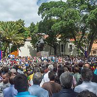 Grupo de ciudadanos en la rueda de prensa del presidente interino de Venezuela, Juan Guaidó, celebrada en la plaza Bolívar de Chacao. Group of citizens in the press conference of the interim President of Venezuela, Juan Guaidó, held in the Plaza Bolívar de Chacao