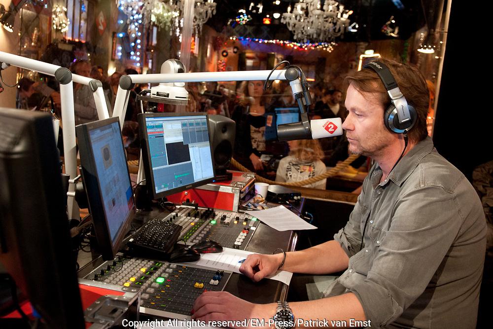 Gijs Staverman start het eerste nummer van de Top 2000 in de studio van het Top 2000 Cafe Het is de eerste keer dat Gijs Staverman de (15e) editie van de Top 2000 presenteerd.<br /> <br /> Op de foto:  Gijs Staverman