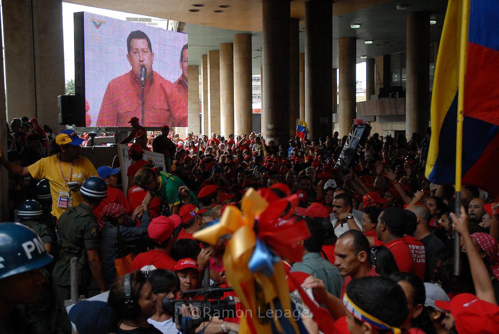 Simpatizantes del presidente venezolano Hugo Chávez Frías manifiestan su apoyo al mandatario a las afueras del Consejo Nacional Electoral (CNE) luego de que éste haya sido proclamado oficialmente Presidente reelecto de la República Bolivariana de Venezuela. Chávez resultó ganador, por segunda vez consecutiva, en las elecciones presidenciales celebradas el pasado 3 de diciembre en Venezuela. Caracas, 05-12-2006 (Ramón Lepage / Orinoquiaphoto)   Followers of  president Hugo Chavez celebrate the victory over opposition candidate Manuel Rosales  outside of the CNE building after Chavez  being declared officially reelected for the next presidential period of 2006-2012  Caracas December 5, 2006. (Ramon Lepage / Orinoquiaphoto)..