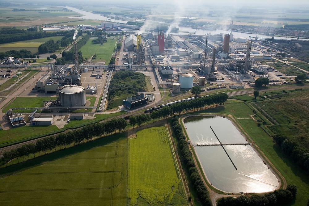 Nederland, Zeeland, Sluiskil, 04-07-2006;  Yara, stikstofbindingsbedrijf: fabricage van kunstmest, ammoniak, ureum, salpeterzuur, CO2 (kooldioxide); in de achtergrond kanaaTerneuzen-Gent, voorgrond bassin met afvalwater en afvalwaterzuivering; onderdeevan de Kanaalzone Zeeuws-Vlaanderen..Yara, nitrogen compound company manufactures fertilizer, ammonia, urea, nitric acid, CO2 (carbon dioxide). In the front a waste water basin and water treatment works..luchtfoto (toeslag); aerial photo (additional fee required); .foto Siebe Swart / photo Siebe Swart