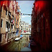Italie, Venise, Canaregio..Etendage au-dessus d'un canal dans le quartier de Cannaregio..© Jean-Patrick Di Silvestro