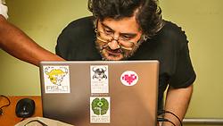 PORTO ALEGRE, RS, BRASIL, 21-01-2017, 12h24'00&quot;:  Desiree dos Santos, 32, discute um projeto com o f&iacute;sico e programador Vlademir PIana de Castro, 53, no espa&ccedil;o Matehackers Hackerspace, da Associa&ccedil;&atilde;o Cultural Vila Flores, no bairro Floresta da capital ga&uacute;cha. A  Consultora de Desenvolvimento de Software na empresa ThoughtWorks fala sobre as dificuldades enfrentadas por mulheres negras no mercado de trabalho.<br /> (Foto: Gustavo Roth / Ag&ecirc;ncia Preview) &copy; 21JAN17 Ag&ecirc;ncia Preview - Banco de Imagens