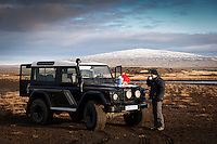 Árni fær sér kaffi við Land Roverinn. Bláskógarheiði og Skjaldbreiður í baksýn. A man drinking coffee by a Land Rover. Blaskogarheidi and Mount Skjaldbreidur in background.