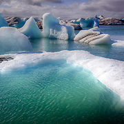 A large glacial lagoon in southeast Iceland bordering Vatnajökull National Park, Jökulsárlón is situated at the head of Breiðamerkurjökull glacier. It evolved into a lagoon after the glacier started receding from the edge of the Atlantic Ocean.