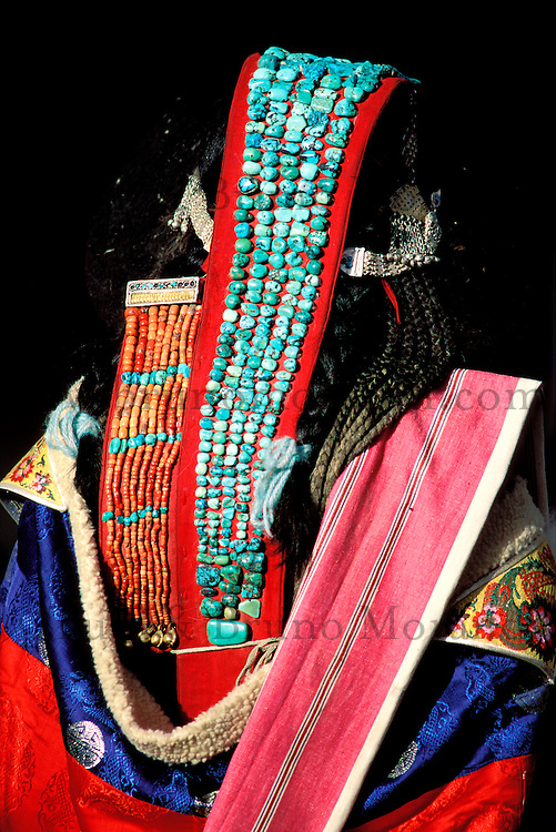 Inde - Province du Jammu Cachemire -  Ladakh - Femme portant la perak, coiffe traditionnelle du Ladakh - Turquoise et coraux // India. Province of  Jammu Cachemire. Ladakh . Woman with a perak, traditional cap of Ladakh. Turquoise and coral.