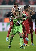 FUSSBALL  CHAMPIONS LEAGUE  VIERTELFINALE  HINSPIEL  2012/2013      FC Bayern Muenchen - Juventus Turin       02.04.2013 Mario Mandzukic (hinten) und Torwart Manuel Neuer (vorn, beide FC Bayern Muenchen) freuen sich nach dem Abpfiff