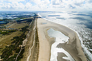 Nederland, Zuid-Holland, Gemeente Westland, 28-04-2017; Delflandse Kust ter hoogte van Ter Heijde en Monster, Maasvlakte en Twwede Maasvlakte (MV2) aan de horizon. De Zandmotor is een kunstmatig schiereiland / landtong, ontstaan door het opspuiten van zand voor de kust. Wind, golven en stroming zullen het zand langs de kust in noordelijke richting verspreiden waardoor verderop langs de kust bredere stranden en duinen ontstaan. De zandmotor is een experiment in het kader van kustonderhoud en kustverdediging. <br />