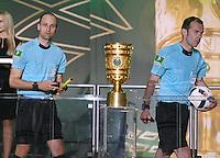 FUSSBALL  DFB POKAL FINALE  SAISON 2015/2016 in Berlin FC Bayern Muenchen - Borussia Dortmund         21.05.2016 Schiedsrichterassistenten Dominik Schaal (li, Tuebingen) und Schiedsrichter Marco Fritz (Korb) mit Pokal
