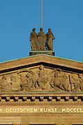 Berlin, UNESCO-Welterbestätte Museumsinsel..Alte Nationalgalerie, Statuen auf dem Giebel