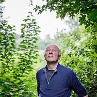 Nederland, Driemond, 3 juni 2016.<br /> Gedragsbioloog en schrijver Maarten &rsquo;t Hart in zijn tuin in warmond.<br /> <br /> <br /> <br /> Foto: Jean-Pierre Jans