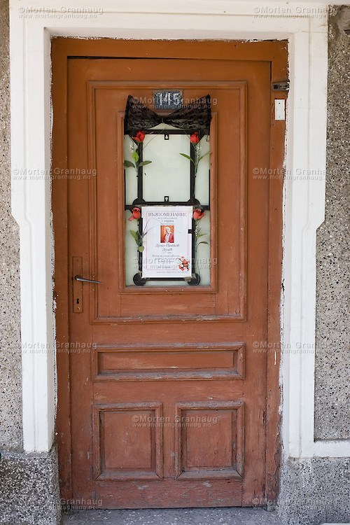 It is Bulgarian tradition to remember the late by hanging the obituary notice for 40 days on the door of the deceased. The family meets three, nine and forty days plus six months and one year after the funeral to remember their late relative. Every time they meet, they hang the obituary notice on the door again..Pomorie is a town and seaside resort in southeastern Bulgaria, located on a narrow rocky peninsula in Burgas Bay on the southern Bulgarian Black Sea Coast. It is located in Burgas Province 20 km from Burgas and 18 km from Sunny Beach. The ultrasaline lagoon Lake Pomorie, the northernmost of the Burgas Lakes, lies in the immediate proximity..It is the center of Pomorie Municipality..Pomorie is an ancient city and today an increasingly popular tourist destination. As of September 2005 it had a population of 14,600...Bulgarerne har en tradisjon rundt dødsfall som går ut på at dødsannonsen og et sørgebånd henger oppe i 40 dager. Den avdødes familie og bekjente møtes tre dager, ni dager, førti dager, seks måneder og ett år etter begravelsen for å minnes den avdøde. Hver gang de møtes henges dødsannonsen opp igjen..Pomorie ligger sør på Svartehavskysten, 20 km nord for Burgas og 18 km sør for Sunny Beach. Pomorie er en gammel by, med tiltakende turisme, og hadde pr september 2005 14 600 innbyggere.