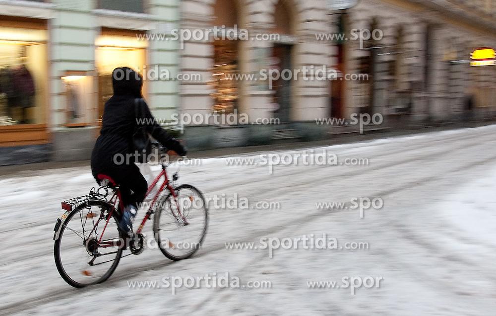 03.12.2010, Winter in Graz, im Bild Radfahrer im Schnee, EXPA Pictures © 2010, PhotoCredit: EXPA/ Erwin Scheriau