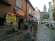 Cesky Krumlov, Krumau/Tschechische Republik, Tschechien, CZE, 25.07.2008: Straßenszene in der Altstadt von Cesky Krumlov (Böhmisch Krumau/ Krumau) . Die Hochschätzung dieses Ortes durch inländische und ausländische Experten führte allmählich zur Aufnahme in die höchste Stufe des Denkmalschutzes. Im Jahre 1963 wurde die Stadt zum Stadtdenkmalschutzgebiet erklärt, im Jahre 1989 wurde das Schloßareal zum nationalen Kulturdenkmal erklärt und im Jahre 1992 wurde der ganze historische Komplex ins Verzeichnis der Denkmäler des Kultur- und Naturwelterbes der UNESCO aufgenommen.<br /> <br /> Cesky Krumlov/Czech Republic, CZE, 25.07.2008: Streetscene in the oldtown of Cesky Krumlov, with its architectural standard, cultural tradition, and expanse, ranks among the most important historic sights in the central European region. Building development from the 14th to 19th centuries is well-preserved in the original groundplan layout, material structure, interior installation and architectural detail. Situated on the banks of the Vltava river, the town was built around a 13th-century castle with Gothic, Renaissance and Baroque elements. It is an outstanding example of a small central European medieval town whose architectural heritage has remained intact thanks to its peaceful evolution over more than five centuries.