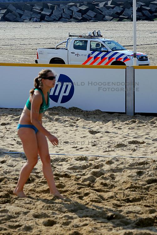 19-08-2011 VOLLEYBAL: NK BEACH VOLLEYBAL: SCHEVENINGEN<br /> Polietie kijkt toe, Esther van Berkel<br /> &copy;2011-FotoHoogendoorn.nl