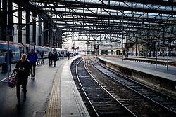 Passengers leave a Virgin express passenger train arriving at Glasgow Central Station from London Euston<br /> <br /> (c) Andrew Wilson   Edinburgh Elite media