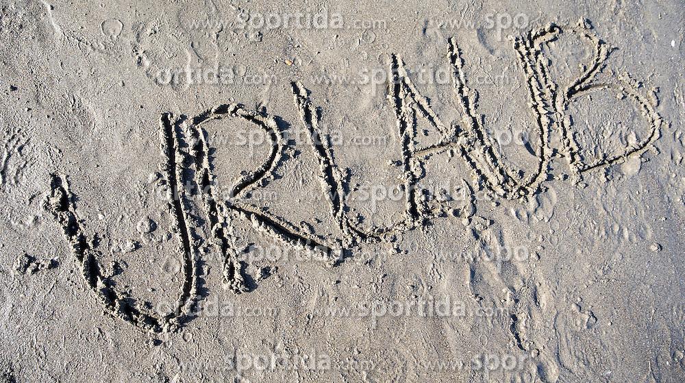 """SYMBOLBILD - der Schriftzug """"Urlaub"""" in Sand geschrieben, aufgenommen am 23.08.2015 in Caorle, Italien // the lettering """"Urlaub"""" written in sand in Caorle, Italia on 2015/08/23. EXPA Pictures © 2015, PhotoCredit: EXPA/ Jakob Gruber"""