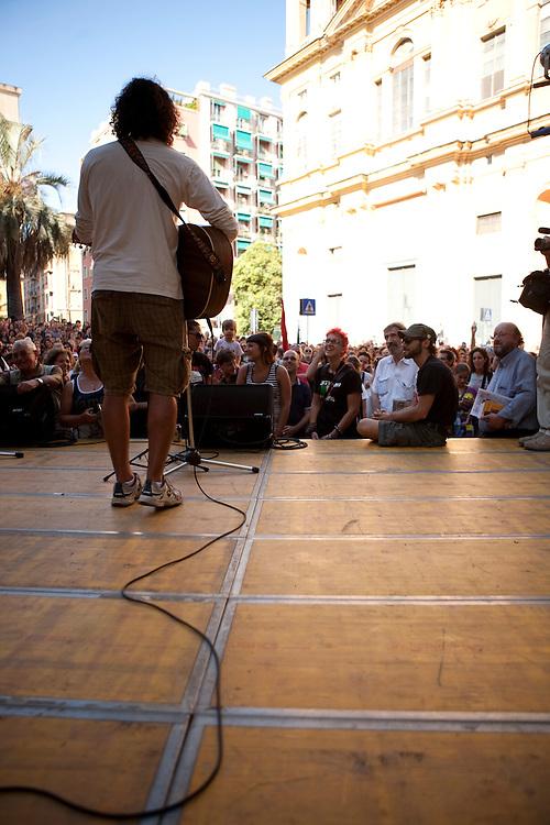 Commemorazione di Carlo Giuliani in Piazza Alimonda a Genova. Esibizione di Andrea Rivera.