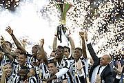 © Filippo Alfero<br /> Juventus-Napoli, Serie A 2014/2015 e assegnazione Coppa Scudetto<br /> Torino, 23/05/2015<br /> sport calcio<br /> Nella foto: Gianluigi Buffon alza la coppa dello scudetto, esultanza
